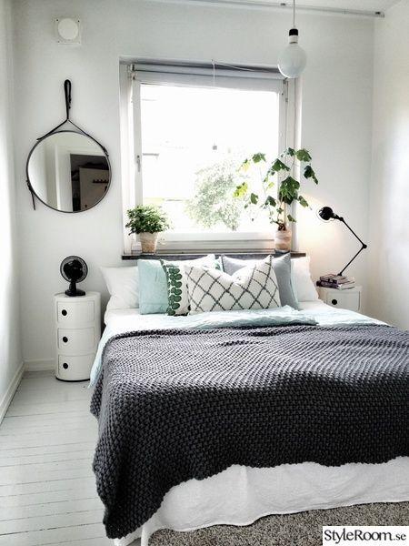 Cama acomodada na parede da janela