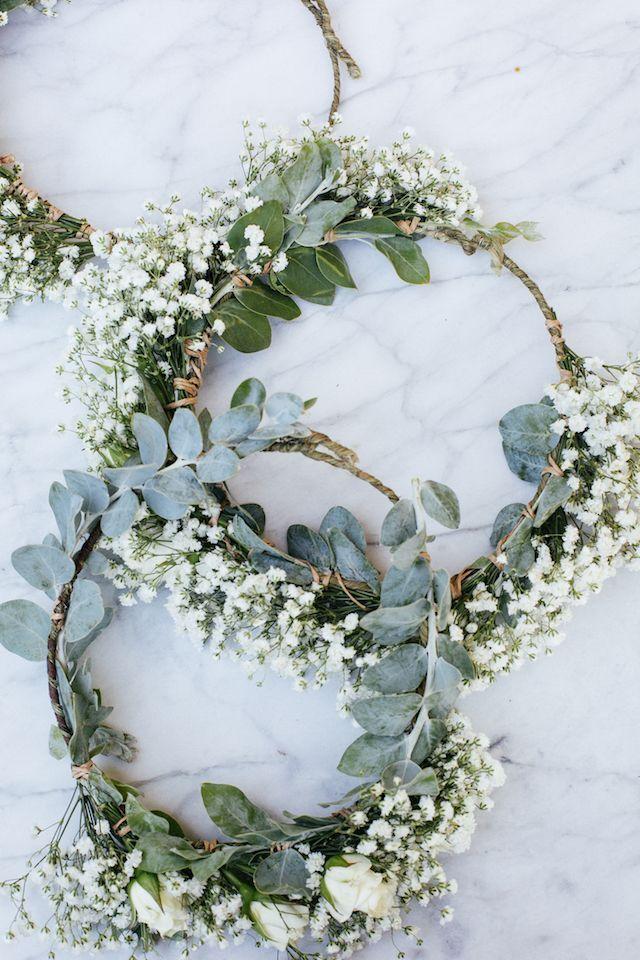 weiße Abendessen im Freien außerhalb der Tabelle blüht Blumenkronen   – Brautfrisur