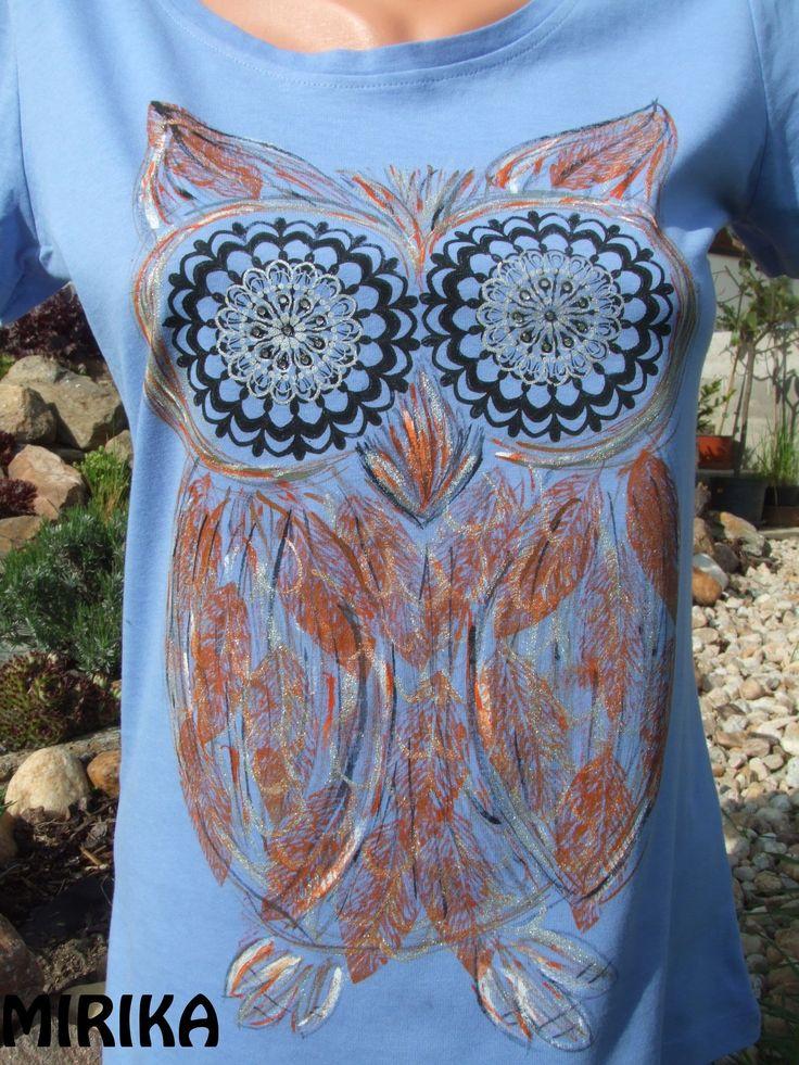 tajuplná sova Bavlněné tričko s motivem sovy. Použity techniky sítotisku, linorytu a malby od ruky. Oči jsou doplněny kamínky swarovski. Velikost M