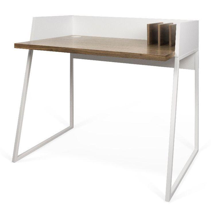 Volga Skrivebord - Hvit - Valnøtt - Vakkert og karakteristisk skrivebord med fine detaljer. I bordplaten er det laget en smart kabel-åpning, i det venstre hjørne som kan benyttes til pc-ledninger eller skrivebordslampe. Bordet har også 3 integrerte bokholdere på høyre side. Skrivebordet har en praktisk liten størrelse og er perfekt til små leiligheter eller på barnerommet. Selvom bordet ikke er så stort, er det godt med bordplass til bærbar-pc eller skrivesaker.