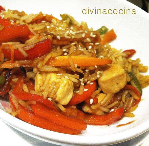 Este wok de arroz, pollo y verduras es un plato ligero y muy completo. Si queremos aligerar la elaboración podemos usar vasitos de arroz basmati precocidos para simplificar la receta.