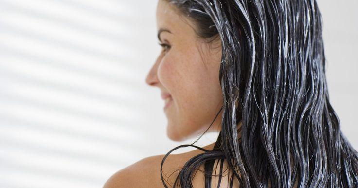 Cómo tratar las puntas quebradizas del cabello teñido. Muchas tinturas para el cabello contienen ingredientes abrasivos, como el amoníaco y el peróxido. Estos ingredientes pueden dañar tu pelo y llegar a secar tus puntas y volverlas quebradizas. Sin embargo, no te resignes a las mechas que parecen paja. Puedes tratar las puntas quebradizas de tu cabello en la comodidad de tu propio hogar y ...