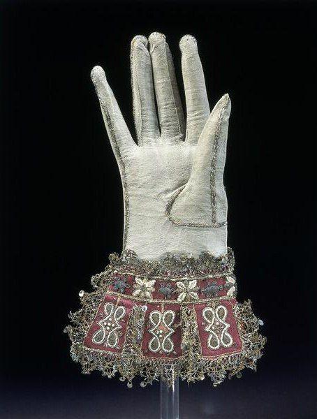 Кожаные перчатки, урашенные вышивкой золотными нитями и кружевом. Великобритания, 1600-1625 гг. Собрание музея Виктории и Альберта.