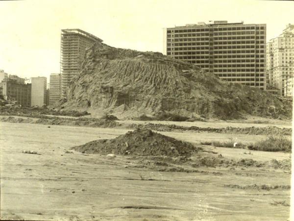 Quatro fotos mostrando o desmonte do Morro de Santo Antonio, que ocorreu nos anos 50, de cujo lugar