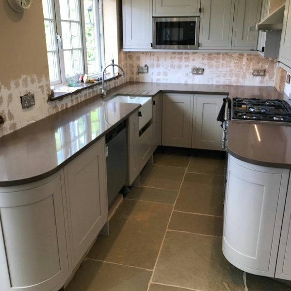 This traditional U shape kitchen looks perfect for the ultimate coffee lover. It features the Mocha style quartz which is a brilliant brown that matches perfectly with the cream coloured cabinetry.