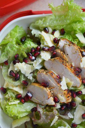 Sałatka z granatem i kurczakiem jest daniem, które nie wymaga od nas wiele wysiłków :) Jedyne na co potrzebujemy chwilę czasu to na marynowanie kurczaka.