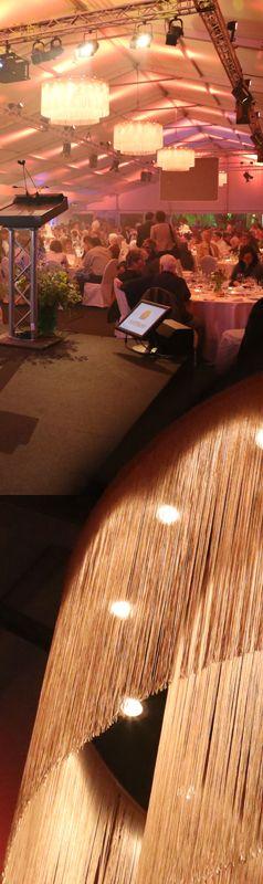 Loungeleuchter für eine stimmungsvolle Saalbeleuchtung. Bestückt mit 230V Halogenlampen. D=180 x H=100cm.