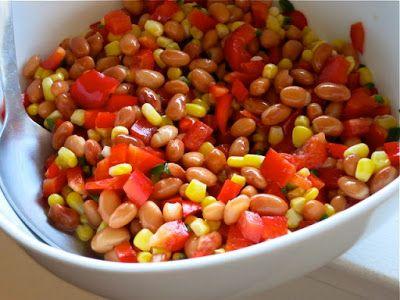 Ингредиенты: 1 банка консервированной фасоли (любой - белой, красной, черной, пятнистой и т.п.) 1 стакан замороженной кукурузы (полностью размороженной) 1 большой сладкий красный перец 1 маленький острый перчик халапеньо (или другой острый перец) 1 ст.л. коричневого сахара сок двух лаймов соль по вкусу несколько веточек свежей кинзы
