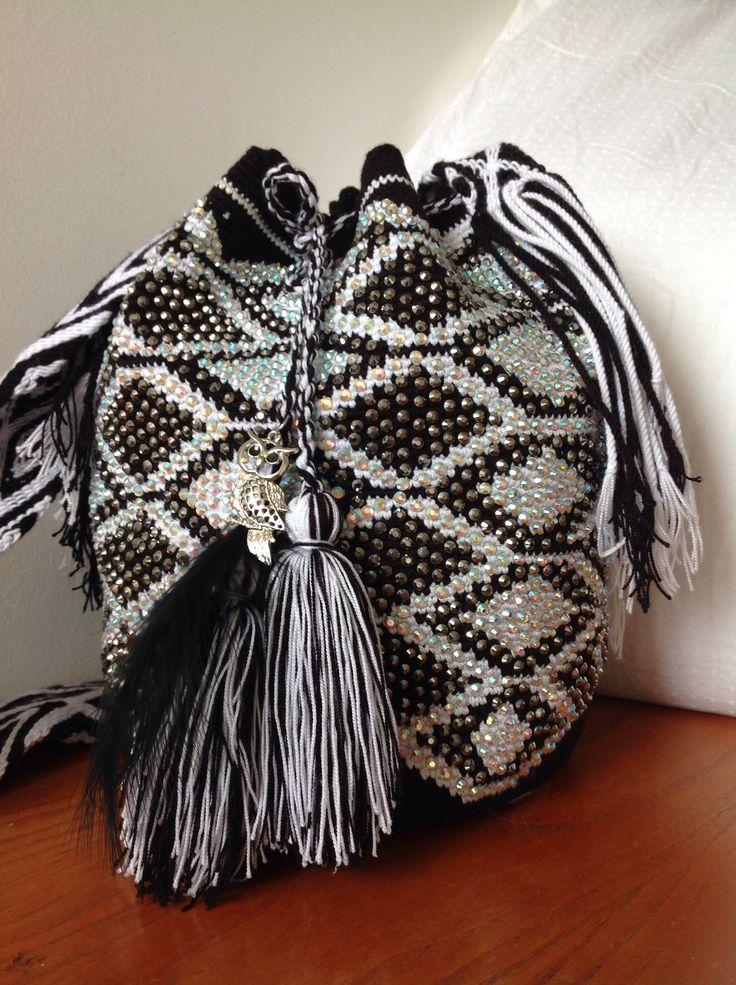 Mochilas Wayuu decoradas a mano, en piedras de cristal. E-mail monica.pelaez67@gmail.com