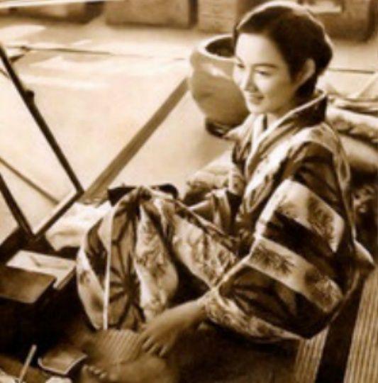 結髪部屋でくつろぐデビュー間もない頃の桑野通子。昭和九年清水宏監督「金環蝕」に十九歳で映画初出演。イメージ 1
