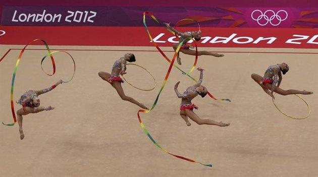 BA12 LONDRES (REINO UNIDO), 12/08/2012.- Las gimnastas del equipo ruso, durante el ejercicio de cinta en la final de concurso múltiple por equipos de gimnasia rítmica en los Juegos Olímpicos de Londres 2012 en Londres, Reino Unido, el 12 de agosto de 2012. EFE/Barbara Walton