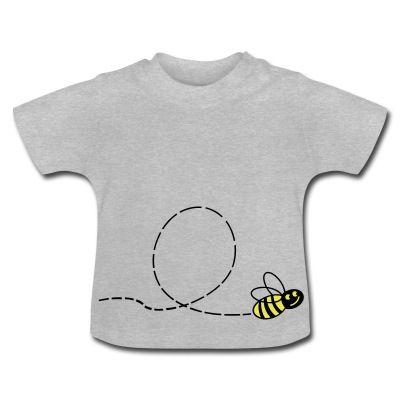 Camiseta de manga corta para bebés, 100% algodón de cultivo biológico. En el hombro izquierdo se encuentran botones automáticos hechos sin níquel para ampliar la abertura y que el vestir y desvestir al bebé se haga más fácil. #spreadshirt #mycshopspreadshirt #babytshirt #camisetabebe #fashionbaby #cute #nice #beautiful #style #babystyle #modabebe #abeja #fly #vuelo #insecto #miel