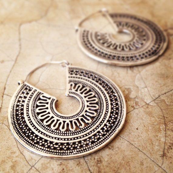 Ces argent ton * boucles doreilles sont modélisées sur un design de Rajasthani antique qui honore le dieu hindou de soleil Surya. Les travaux en filigrane et dot sont inspiré par les maîtres orfèvres de nord de lInde et crée une paire de magnifiquement ornée de boucles doreilles. Ils sont légers et parfait pour porter avec les tunnels ou les oreilles percées tout à fait normal. Les fermoirs sur ces boucles doreilles sont un peu fastidieux, donc nous vous recommandons dobtenir un ami pour…
