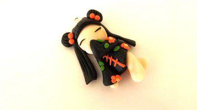 """Dalla serie """" MONDO KOKESHI"""" CIONDOLO CHARMS  bambole giapponesi 4,5 cm -    - con KIMONO NERO con fiori ROSSI  - portafortuna     - FIMO -   - idea regalo - natale -"""