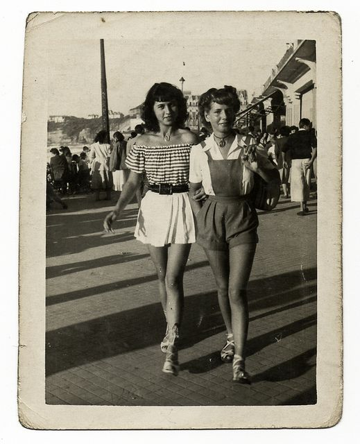How cute are these two summer outfits?? Chronically Vintage: 15 photos of terrific real world 1940s summer fashions
