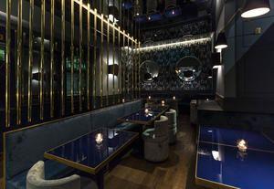 ristorante-pacifico-milano-interni-blu-pavimenti-legno-elementi-ottone