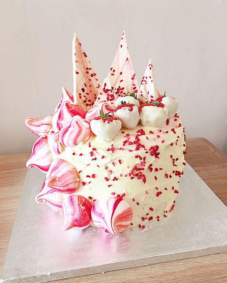 Weiße Schoko-Erdbeer-Rosenkuchen mit Baiser-Küssen weiße Schoko-Baiser   – #HannahBakes