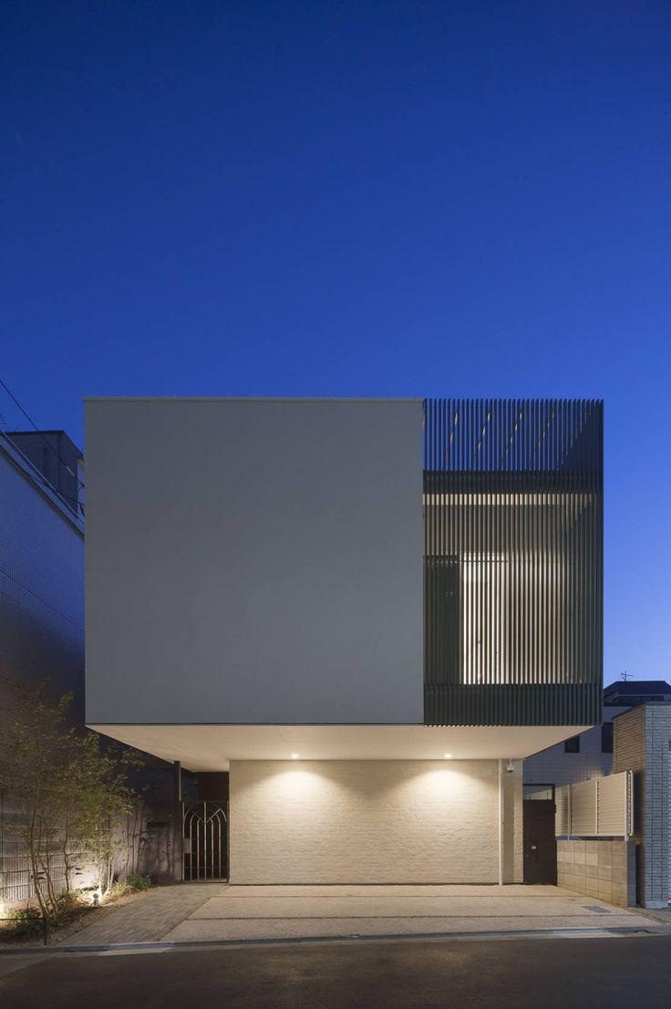 ひと際目立つ外観の住宅が典型的な住宅地に新しい街並を形成しています。限られた土地でプライバシーを保ちながら快適な住環境を…