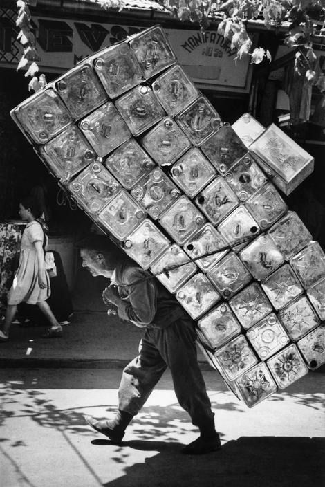 (Bursa, Turkey, 1955) by Marc Riboud. Vulgo meu vô