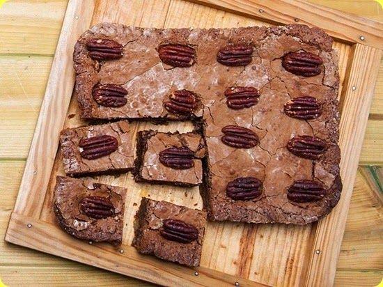 Brownie alle noci da accompagnare a una tazza di tè bollente o ad una fumante cioccolata calda.