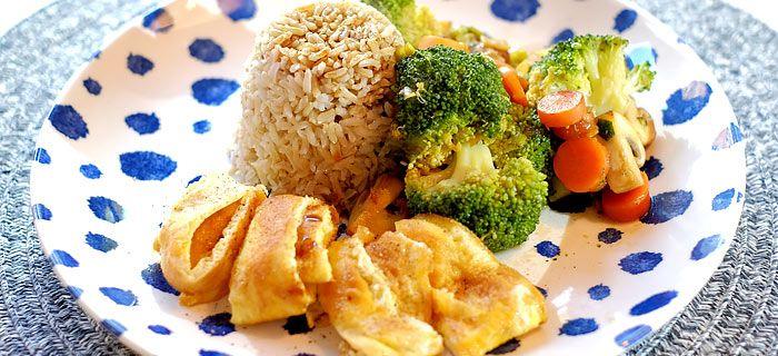 Broccoli en worteltjes in oestersaus met rijst en reepjes omelet. Kookidee.nl