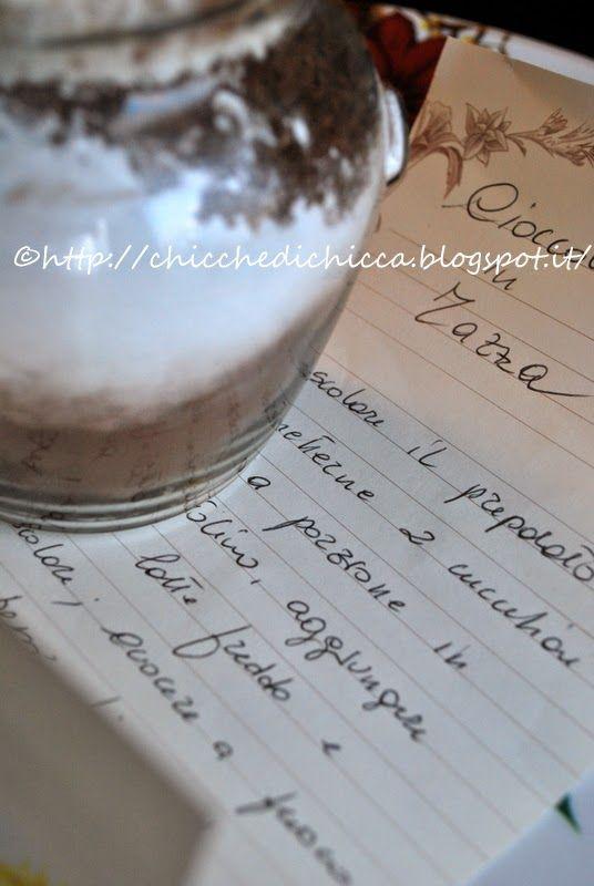 Le chicche di chiccaIngredienti 80 g di cacao amaro in polvere di buona qualità 50 g di cioccolato fondente grattugiato 20 g di fecola di patate 15 g di amido di mais 160 g di zucchero a velo semi di vaniglia occorre anche  1 bel barattolo un bel nastro carta per scrivere il procedimento e un po' di fantasia