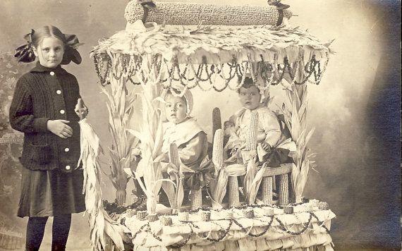Enfants dans un flotteur de THANKSGIVING fantastique fait de tiges de maïs Photo carte postale vers 1910