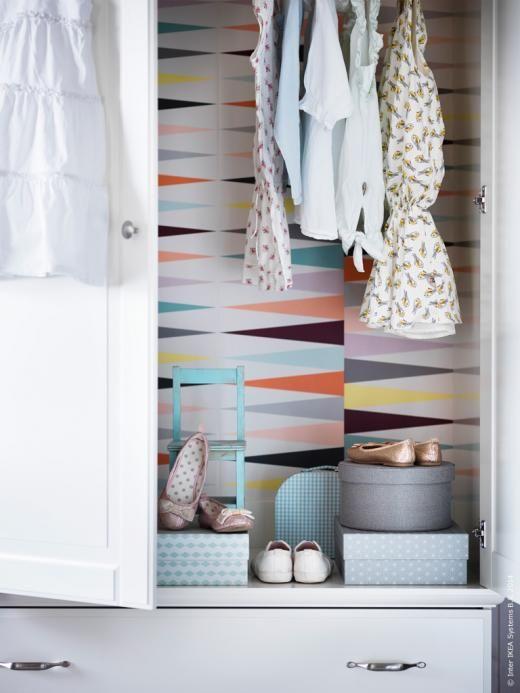 DIY: Tapetsera insidan av garderoben! BIRKELAND klädskåp har extra rymliga lådor med gott om plats för små kläder, KVARNVIK ask set om 3.