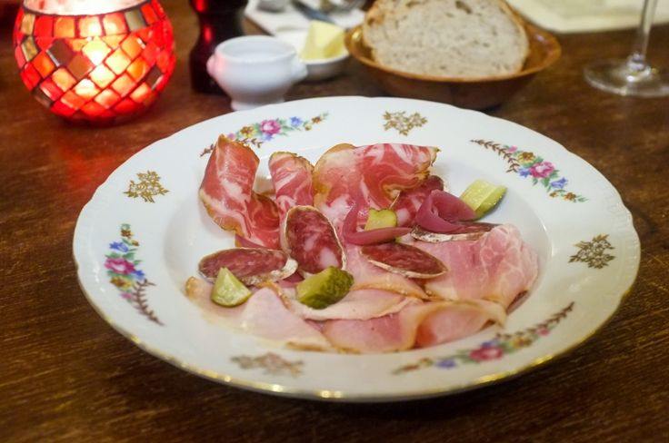 """Envie de mettre les pieds sous la table et de partager quelques assiettes gourmandes et une bonne bouteille de vin nature entre copains à Anvers? Direction le """"Schnitzel"""" derrière l'université... Vous nous en direz des nouvelles!"""