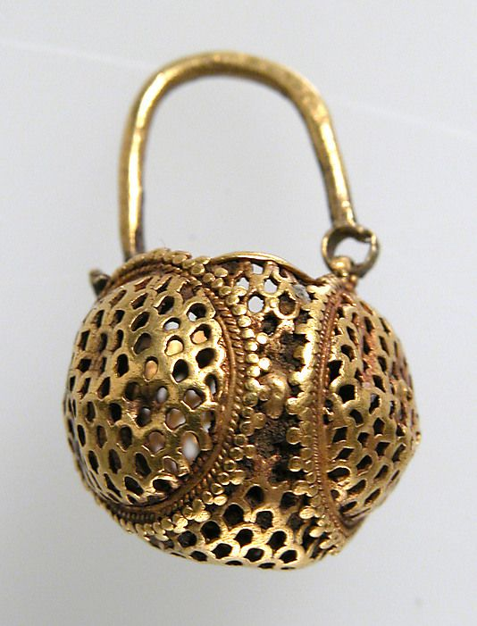 Gold earring, 6th century, northern France