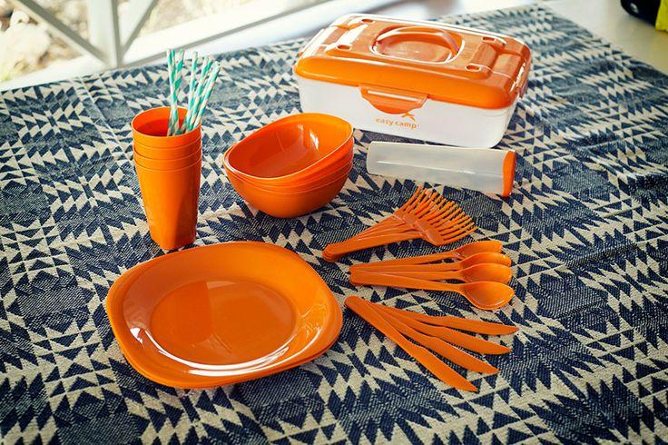 FIT-Z Picknick Box - Robustes Unterwegs-Geschirr Alles dabei, was 4 Personen zum Draußen-Schmausen brauchen: je 4 Teller (zum Vergleich Ø ca. 24 cm), Becher, Schüsseln, Gabeln, (schneidende!) Messer & Löffel! In der Box mit Tragegriff wandert das schmutzige Geschirr geschützt nach Hause. Beim Camping kann man darin auch super alles abwaschen!