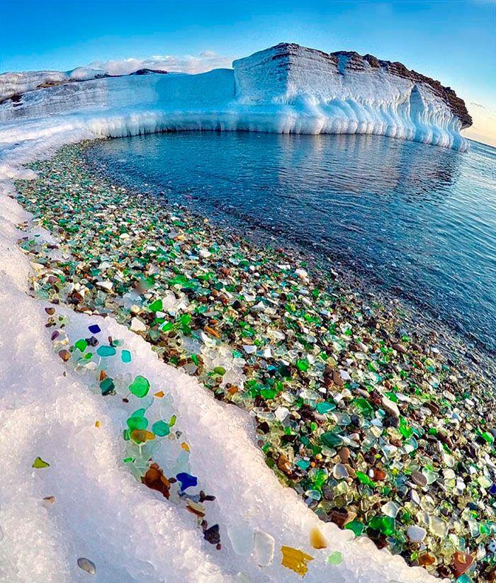 """La bahía Ussuri en Rusia solía ser en tiempos soviéticos un vertedero de botellas de vidrio y porcelana, pero gracias al increíble poder de la madre naturaleza, la bahía, que se encuentra cerca de Vladivostok, durante todos estos años, las olas del Pacífico norte han lavado las botellas rotas hasta convertirlas en """"piedrecitas"""" lisas y coloridas"""