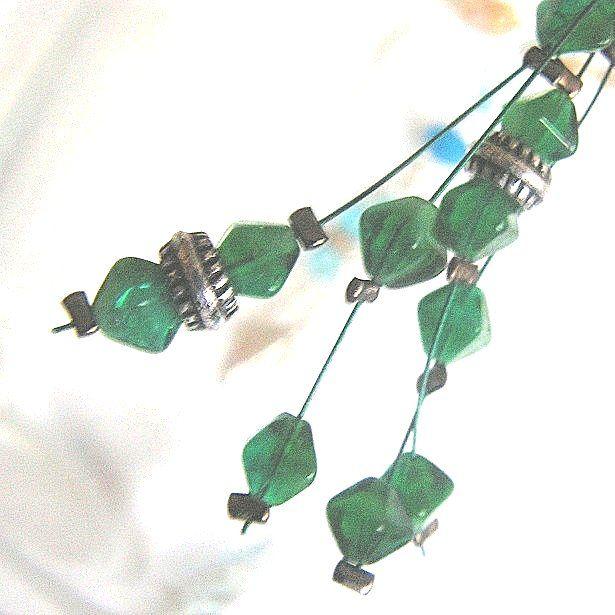 8 cm dlouhé náušnice jsou ze zelených korálků navlečených na zeleném lanku, přizdobené stíbrnými kroužlky. Lampičky připomínají malachit.
