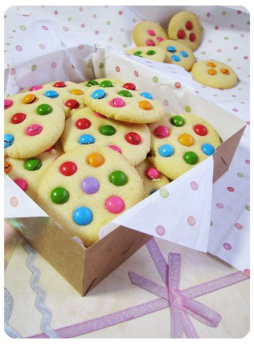 FInally a baked good I would actually attempt. I bet the almond ones would look perfect! m = colors of the daisy flower