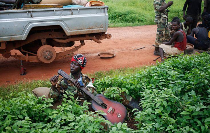 Un combattente seleka sulla strada tra Bambari e Grimari, nella Repubblica Centrafricana. (Goran Tomasevic, Reuters/Contrasto)  centrafricana/2014/06/02/foto-385984