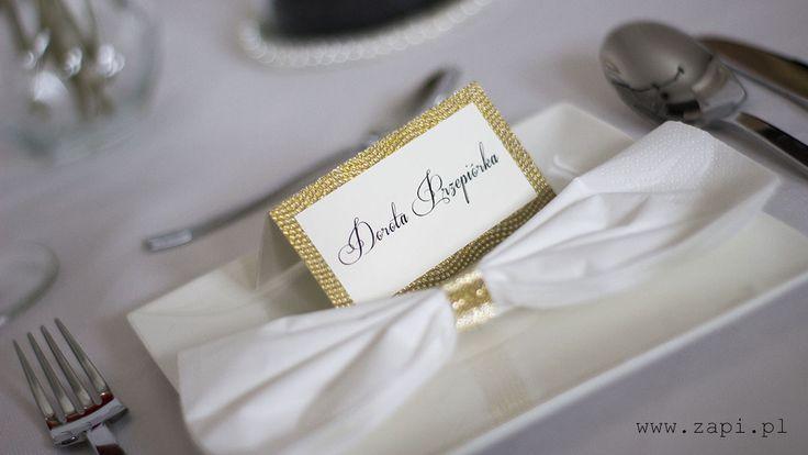 Ekskluzywna złota winietka na talerzu weselnym