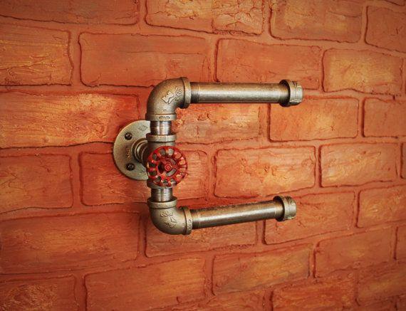 Industrielle Bauernhaus / Steampunk Doppel Rolle Toilettenpapierhalter für Badezimmer-Dekor   Einfach zu installieren, einfach anzuwendende sieht erstaunlich in Ihrem Badezimmer! Diese Badezimmer-Möbel / Wand-Befestigung hält zwei Rollen Toilettenpapier wie ein Boss! WC-Rollenhalter mit schwarzen Industrierohre und ein Vintage Stil roten Schlauch Regler. Diese Badezimmer-Dekor Industrie- & Steampunk Stil Toiletten passen soll, macht es ein genial Schwerpunkt Ihres Space!   Alle ...