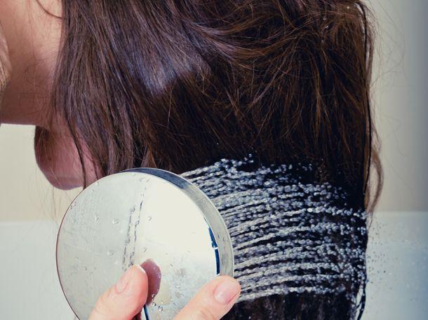 Mehr Volumen, stärkeres Haar und eine gesunde Kopfhaut: Das wünschen wir uns doch alle. Die Haare mit Reiswasser zu waschen hilft dabei.