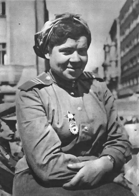 Советская девушка-военнослужащая (сержант) в Праге.
