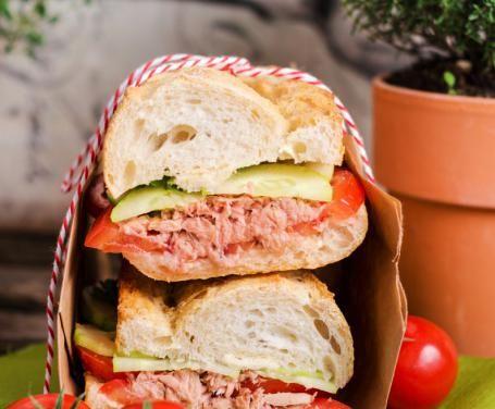 Il panino estivo con cetrioli, tonno e pomodoro è l'alternativa giusta per una variante leggera, sana e gustosa al solito panino. Cosa desiderare di più?