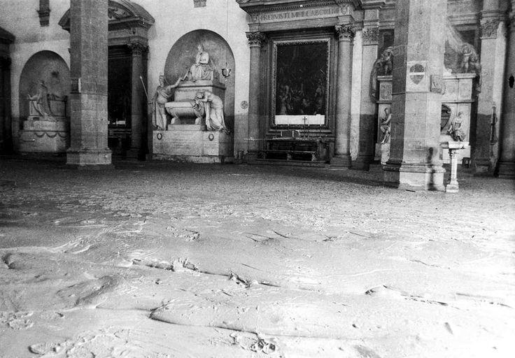 Su «la Lettura» #253, in edicola da domenica 2 a sabato 8 ottobre, quattro pagine firmate da C. BRESSANELLI, V. CAPPELLI, E. ISGRÒ, E. ROSASPINA, L. ZANGARINI sulle commemorazioni che quest'anno si celebrano in ricordo delle alluvioni che cinquant'anni fa colpirono il Nord-Est Italia e la Toscana. Qui una storia per immagini, a cura di Jessica Chia, di alcuni scatti d'epoca delle città di Firenze e Venezia nel 1966