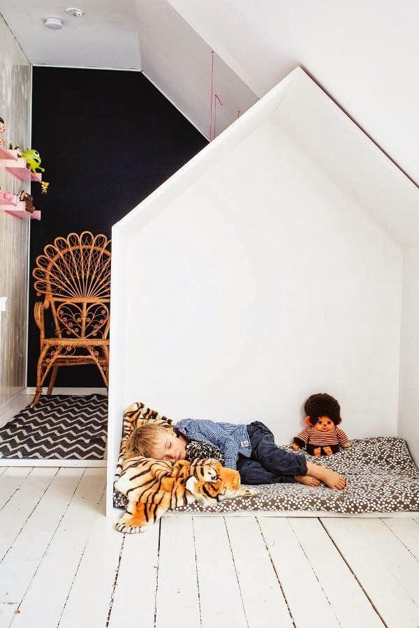 leuk om het huisje te pimpen tot een leeshoekje/huisje. matrasje, kussens en plakjes/mandjes met boeken. aan de stang een hanglampje etc.