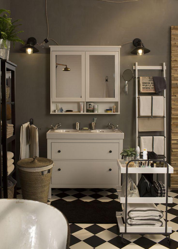 Geef je badkamer een industriële look. De handige HEMNES badkamerkast heeft zowel aan de buiten- als aan de binnenkant spiegels. En extra opbergruimte dankzij de open plank onder het kastje.