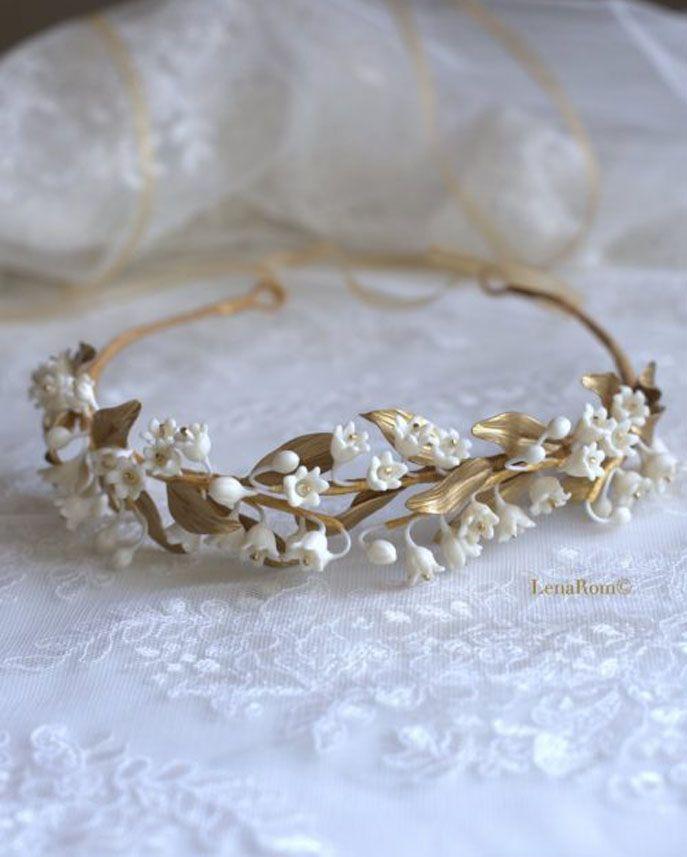 Corona de novia compuesta por hojas y flores de lirios del valle. De Lena Rom (190 euros).
