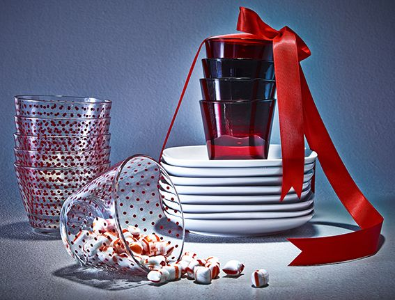Pratos às bolinhas e tigelas em vermelho natalício adicionam o espírito da época a qualquer reunião.