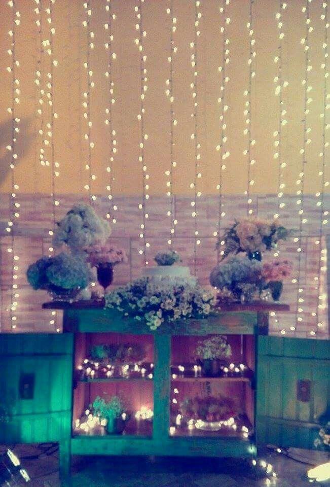 Cortina de pisca pisca/luzinhas/led. Mesa antiga/Decoração Rústica.   Feito por Brumana Decorações.
