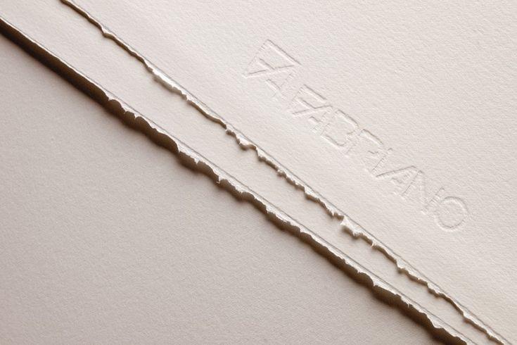 Rosapina Bianco  Realizzata con materie prime di alto livello qualitativo (60% di cotone). La Rosaspina è un cartoncino realizzato a macchina in tondo ed è adatta per tutte le tecniche della stampa d'arte (incisione, litografia, serigrafia). La filigrana corre parallela ai due lati maggiori del foglio e riproduce il marchio ed il logotipo Fabriano. I due lati maggiori sono intonsi.  disponibile in fogli da cm 50 x 70 e 70 x 100 da 285 gr