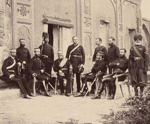 El general Hume y su personal en Kandahar, 1881- Hume condujo a la fuerza de campo de Afganistán del sur y supervisó la retirada británica de Kandahar en abril de 1881. Es el hombre de barba tupida y banda en el pecho, que está en el centro de la foto. Lo rodea el personal que lo ayudó en la coordinación de la evacuación, junto con dos ayudantes baluchis. La retirada de Kandahar marcó el final de la guerra.