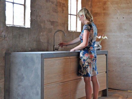 Eikenhouten keuken met keukenblad van beton stuc