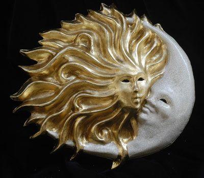 Sole e luna abbraccio. Maschera interamente realizzata a mano in cartapesta, dipinta a mano con colori acrilici e impreziosita da decori con foglia d'oro e stucco.  Completa l'opera la tecnica della screpolatura (Craqu...